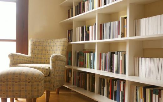 Domowa biblioteka - w jaki sposób zaaranżować miejsce na książki i kącik do czytania?