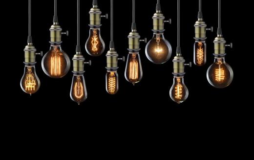 Lampa z żarówek - stylowe oświetlenie, pasujące do różnorodnych wnętrz