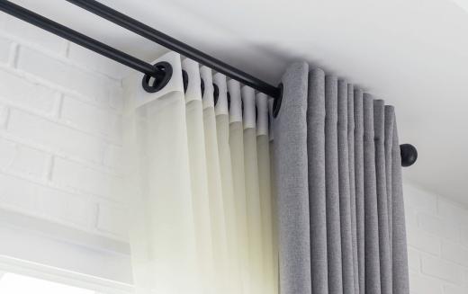 Firany, zasłony, rolety - jak prawidłowo dobrać dekoracje okien?